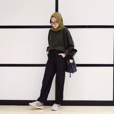 Sneakers Hijab Outfit via Sari Indah Pertiwi Hijab Casual, Hijab Chic, Ootd Hijab, Modern Hijab Fashion, Street Hijab Fashion, Hijab Fashion Inspiration, Muslim Fashion, Modest Fashion, Fashion Outfits
