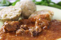 Wiener Saftgulasch (Rindsgulasch) mit Semmelknödeln/Goveđi gulaš sa knedlama od zemički - Hanuma Kocht! - Der zweisprachige Foodblog