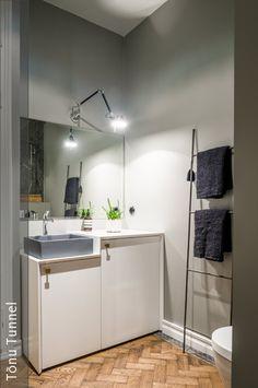 mit wenigen gegenst nden der badezimmerschrank wird als waschbecken. Black Bedroom Furniture Sets. Home Design Ideas