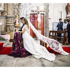C. num vestido em cetim e renda de algodão, e mantilha em renda ❤️ LINDA!