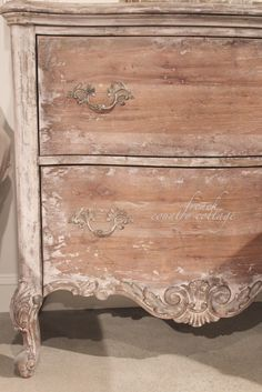 Shabby Elegant is basically a design trend that utilizes older furniture as well as other things to produce a classic look throughout the home. Paint Furniture, Home Decor Furniture, Shabby Chic Furniture, Furniture Makeover, Pulaski Furniture, Furniture Design, Luxury Furniture, Painted Furniture French, Furniture Plans