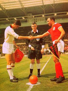 MILAN AC-BENFICA. Wembley. Coupe des clubs champions. Finale. Echange des fanions entre Cesare Maldini et Mario Coluna.