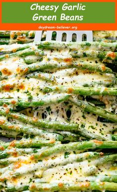 Cheesy garlic green beans is the best side dish for every meal! Low carbs, keto and the perfect way to get your veggies in! The taste is so amazing that the whole family gets behind this one. Low Carb Side Dishes, Best Side Dishes, Side Dish Recipes, Carbs In Green Beans, The Best Green Beans, Garlic Green Beans, Easy Fresh Green Bean Recipe, Green Pepper Recipes