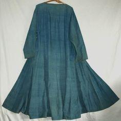 Uzbek back 藍ハラト        ウズベキスタンのコート、ハラトです。脇にギャザーが入っていますので身ごろはかなりゆったりしています。  裏は付いていますが、薄物ですので夏用です。  裏に綻び、補修があります。藍先染めの手織りです。   かなりしっかりとよられた糸ですので布自体も厚めのものではありません