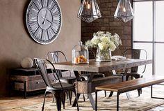 Dinning-room con sedie modello Tolix in acciaio zincato e panca uniti a dei bellissimi lampadari a forma di prisma sfaccettato in cristallo