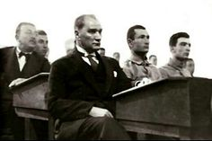 Atatürk, 2 Aralık 1930'da, İstanbul Harp Okulu'nda öğrencilerle dersi takip ederken.