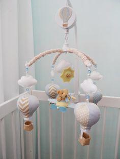 -->Você e seu bebê vão se encantar com este móbile musical de balões. Ao meio você pode escolher entre ursinho, passarinho, ovelhinha ou balão.    ->Imagine como vai ficar no berço :) vai ser um sucesso!!!    A musiquinha é a corda e dura aproximadamente 3 minutos.    Você ainda pode escolher as ...