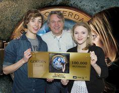 Nils Verkooijen, Marten Lagestee en Hanna Obbeek met de Gouden Film voor Bobby en en de Geestenjagers!