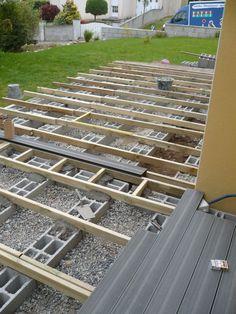 """Bonjour, Nous allons nous aussi nous lancer dans la realisation d'une terrasse en composite , en principe le forexia-silvadec. Apres avoir parcouru les sujets du forum pour nous documenter, il nous ...... (Page 3 - Forum """"Terrasse bois / composite"""") Diy Pergola, Diy Deck, Composite Decking, Garden Paths, Terrace Garden, Front Yard Garden Design, Balcony Design, Yard Design, Aussi"""