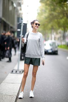 レザーのスカートに白スニーカーでオシャレなタウンスタイル。