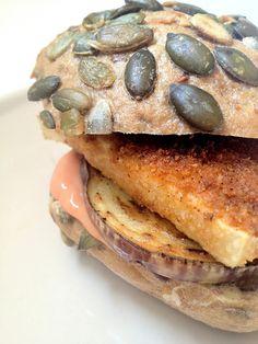 Herbivore Food: Schnitzel-Brötchen mit Aubergine und veganer Burgersauce