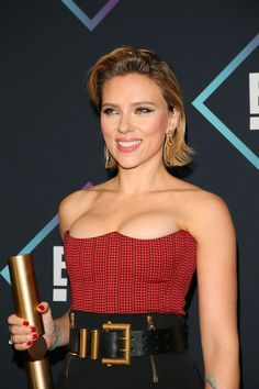 Scarlett Johansson made her first appearance in the Marvel Cinematic Universe in 2010 when she starred in Iron Man She has been a key member of the Marvel franchise and is even going to get her own standalone film, Black Widow. Scarlett Johansson, Black Widow Scarlett, Black Widow Natasha, Non Plus Ultra, Woman Movie, Famous Girls, Natasha Romanoff, Beautiful Actresses, Black Widow