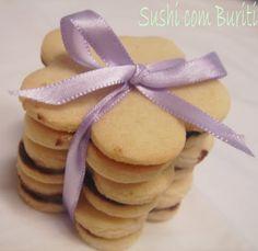 Biscoitinhos de leite em Pó - Biscoitos Passatempo caseiros! (xícara medidora 240 ml) Ingredientes para cookie: -2 xícaras e 3/4 de farinha de trigo -3/4 de leite em pó ( eu coloquei 1 xícara e 1/4) -1 colher (chá) fermento em pó -1 colher (chá) de sal -280g de manteiga (eu usei 280g de margarina, funcionou bem) - temperatura ambiente -1 xícara de açúcar -1 colher (chá) de essência de baunilha -1 ovo Ingredientes para recheio: -50g de chocolate meio amargo -6g de mel -10g de manteiga