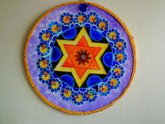 Mandala motivo estrela de Davi,nas cores do do arco iris, estrela amarela e laranja, círculo verde e azul, folhas em violeta, flores em anil e amarelo, bordaem lilás, materiais usados: placa de poliprop...