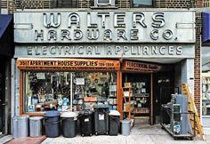 James en Karla Murray fotografeerden 8 jaar lang de façades van kleine winkels in New York.