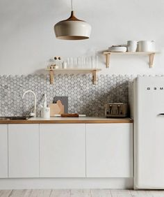 Fabulous k che einrichtungsideen skandinavischer stil hellgraue mosaikfliesen
