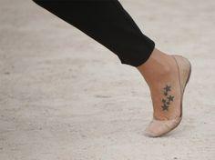 Stelline nere tatuate sul piede