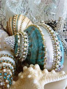 mermaid Bathroom Decor Shells with a little bling Seashell Art, Seashell Crafts, Beach Crafts, Diy And Crafts, Arts And Crafts, Seashell Projects, Seashell Ornaments, Seashell Jewelry, Driftwood Crafts