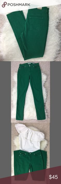 "Vizcaino Premium Denim emerald green skinny jeans Vizcaino Premium Denim skinny jeans in a beautiful emerald green color that is perfect for spring. Made in the USA. 98% cotton 2% elastane provides some stretch. Excellent used condition.  Approximate measurements: 🌹Waist: 30"" 🌹Front Rise: 9.5"" 🌹Hips: 36"" 🌹Inseam: 31"" Vizcaino Jeans Skinny"