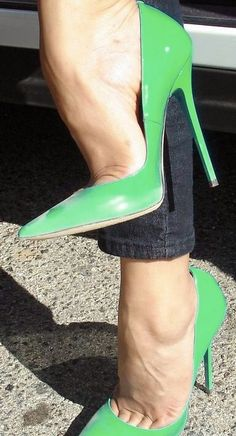 Green pumps and exceptional toe cleavage