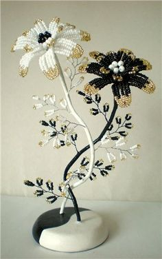 Do similar in blue and ivory for the guest book table Seed Bead Flowers, Wire Flowers, Seed Bead Art, Seed Beads, Perler Beads, Beaded Flowers Patterns, Crochet Flowers, Wire Crafts, Bead Crafts