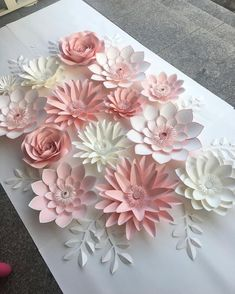 Super easy DIY paper flower wreath - fun spring craft for kids - Mindy Large Paper Flowers, Giant Paper Flowers, Paper Roses, Diy Flowers, Fabric Flowers, Diy Paper, Paper Art, Paper Crafts, Diy Crafts