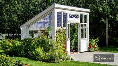 Bygget fantastisk drivhus av gamle vinduer   Spirea.no Window Greenhouse, Backyard Greenhouse, Backyard Vegetable Gardens, Backyard Landscaping, Outdoor Gardens, Chicken Coop Garden, Screen House, Cottage Plan, Tiny House Cabin