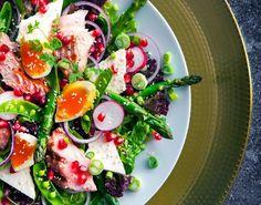 Nydelig salat med grillet laks og asparges - Tara