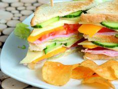A szendvics az örök jolly joker, ha tízórairól és uzsonnáról van szó, ugyanis bárki, bárhol, bármikor el tudja készíteni, könnyen csomagolható, és tökéletesen elfér egy hátizsákban, aktatáskában vagy kézitáskában. Mutatunk is 7 szuper receptet, nehogy éhen maradjatok napközben! Sandwiches, Pizza, Foods, Food Food, Food Items, Paninis
