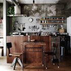 キッチンは多くの家で作りが決まっている分、ちょっとした家具や小物の置き方の工夫が重要なポイントになります。基本的な形のキッチンをお店風にかわいくアレンジした画像を集めています。また、道具や材料を取り出しやすい収納にも注目しています。