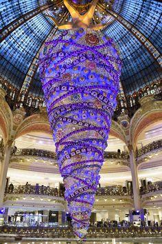 Paris tem árvore de Natal de 25 metros montada de cabeça para baixo