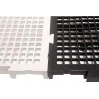 O piso plástico para vestiário é uma estrutura semelhante a um pallet ou um estrado, por ser feito do mesmo material e por possuir uma base antiderrapante.