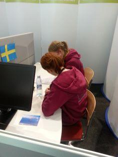 Lapin matkailuopiston tyttöjä ruotsin tehtävän parissa.