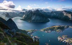 Im Norden von Norwegen liegt das kleine Dorf Reine, welches durch seine wunderschöne Landschaft und Natur besticht. Vom Berg Reinebringen bietet sich ein atemberaubender Blick, der die gesamte Schönheit dieses Ortes zum Vorschein bringt. Die überwältigenden Landschaften Skandinaviens erleben Sie auch mit Länder und Leute!