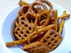 Pin It Beware! These are addictive! Think chex mix meets buffalo party snack and whammy! You've got buffalo pretzels. Homemade Buffalo Pretzels I tried this recipe two ways, once with hot sauce and once with wing sauce. New Year's Eve Appetizers, Appetizer Dips, Tailgate Appetizers, Tailgating Ideas, Party Appetizers, Appetizer Recipes, Buffalo Pretzels, Ranch Pretzels, Salty Snacks