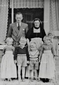 Sjoerd Hoekstra (Fak Hoekstra), haarspinner 1918-1997. Gehuwd in 1946 met Aaltje Tol (Aal van de Kraayer) 1922-. Kinderen: Johannes HM 1948-; Geertruida AHM 1950-; Margaretha MH 1952-; Albertus HJ, administrateur 1953-; Thomas I 1954-. #NoordHolland #Volendam