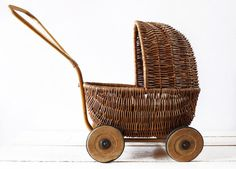 Wouldn't you pin it too? (Old French wicker doll carriage ) Little Ones, Little Girls, Willow Weaving, Dolls Prams, Bedclothes, Presents For Girls, Baby Carriage, Old Toys, Wicker