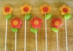 Flower Fruit Pops - made of melon and green grapes I LOVE this idea for Easter, a spring brunch, a shower or as a class treat (healthy and fun)! Fruit Flowers, Flower Food, Real Flowers, Green Grapes, Edible Arrangements, Alice In Wonderland Party, Cute Food, Creative Food, Food Art