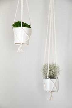 Chi Chi Dee Handmade: Simple DIY Macrame Pot Hanger Tutorial, just what I need and it looks simple! Macrame Hanging Planter, Macrame Plant Holder, Macrame Plant Hangers, Hanging Pots, Diy Hanging, Plant Holders, Hanging Baskets, Pot Hanger, Deco Floral
