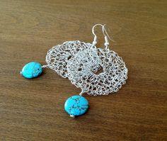 Silber häkeln Draht Ohrringe mit Türkis Perlen. von ByDrora auf Etsy