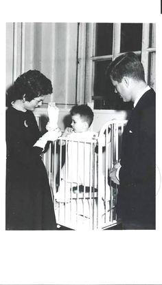 A precious photo of Jack and Jackie Kennedy visiting a little baby. Doesn't it melt your heart?♥❃❋✽✾❀❃ ♥  http://en.wikipedia.org/wiki/Jacqueline_Kennedy_Onassis      http://en.wikipedia.org/wiki/John_F._Kennedy