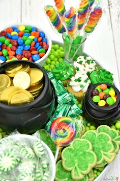 This St. Patrick's Day Dessert Charcuterie Board is so much fun! From shamrocks to rainbows plus a pot of gold, this Dessert Charcuterie Board has it all! Charcuterie Recipes, Charcuterie And Cheese Board, St Patricks Day Crafts For Kids, St Patricks Day Food, Holiday Treats, Holiday Recipes, Sant Patrick, St Patrick Day Snacks, Party Food Platters