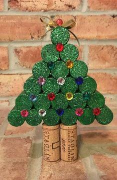 Christmas Tree Decorations Ribbon, Cork Christmas Trees, Christmas Wine, Green Christmas, Wine Craft, Wine Cork Crafts, Wine Bottle Crafts, Wine Bottles, Wine Cork Art