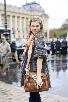 European street style. Grey sweater. Oversized sweater. Easy layered look.