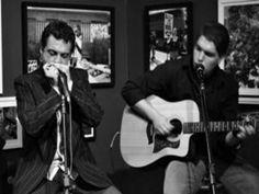 Apenas acompanhados pela harmônica e pelo violão, Marcelo Naves e Danilo Simi tocam, resgatam e valorizam o blues tradicional nascido no Mississipi (EUA) em um show no Sesc Santana.