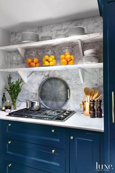 Designs by Sundown is a 2020 Gold List honoree featured in Luxe Interiors + Design. See more of this design professional's projects. Kitchen And Bath, New Kitchen, Kitchen Interior, Central Park Apartments, Estilo Interior, Cuisines Design, Kitchen Backsplash, Backsplash Ideas, Kitchen Cabinetry