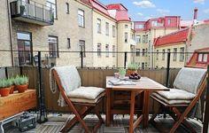 un brise-vue marron et un mobilier en bois sur le balcon