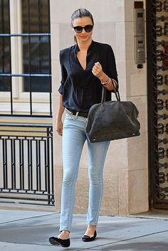 It's a simple outfit, but as per usual, Miranda Kerr pulls it off with ease. The supermodel stepped out in New York wearing a skin-tight pair of jeans, a black shirt and black flats, proving that sometimes, less is more.