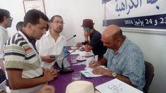 اثناء توقيع الكاتب حسن أوريد لروايته سينترا في حفل التوقيع.