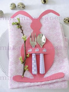 Süße Idee zum Basteln mit den Kindern für einen schönen Ostertisch. Noch mehr Bastelideen für Ostern gibt es auf www.Spaaz.de